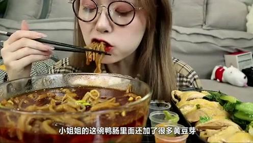 哎哟阿尤吃川菜冒鸭肠,搭配美味海南鸡,看着就很有食欲!