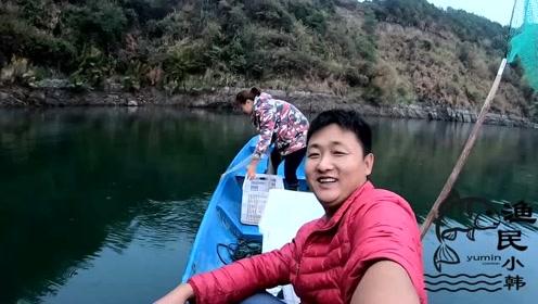 小韩今天享福了只用坐在船上,媳妇帮我收网,等着看收获