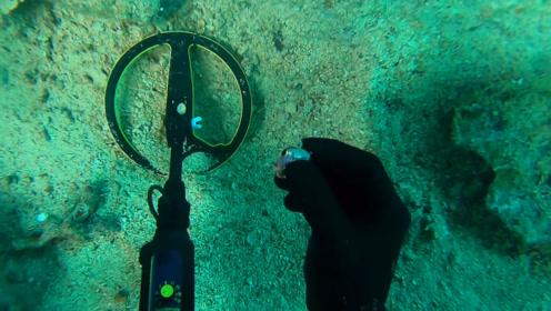 """老外潜水寻宝,意外发现一枚钻石戒指,这下""""发达""""了!"""