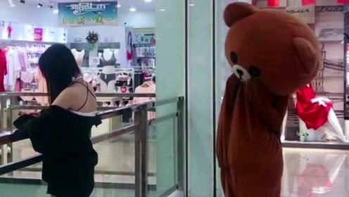 网红熊还是太年轻了,敢在商场里面撩妹子,这下让人整蛊了吧