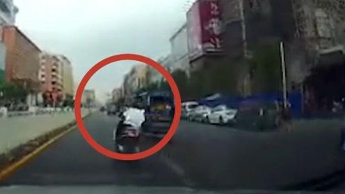 男子单手S路线开摩托车 前一秒帅气超车,后一秒便发生交通事故
