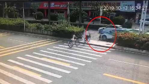 小孩骑车过人行道,被连人带车被小车撞飞,监控拍下惊恐一幕!