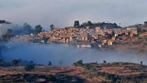 云南有一个破烂不堪的村子,居然有3亿年的历史,连猪圈的石头都是宝贝