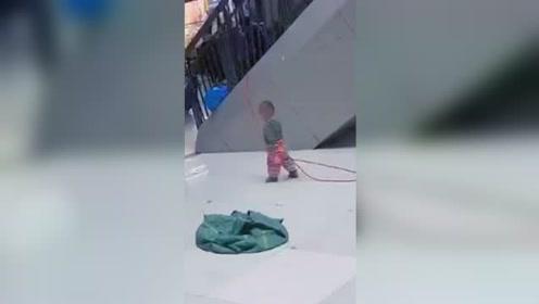 幼童被长绳系扶手上 知情人:亲妈是保洁员怕娃乱跑