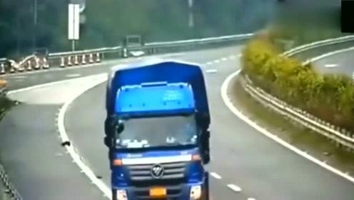 大货车在高速路上倒车,旁边货车飞驰而过,太惊险了