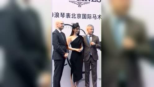 #赵丽颖##赵丽颖# 新鲜的赵丽颖来啦!网纱礼帽搭配黑色单肩礼服造型出席活动尽显优雅气质!