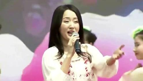 48岁杨钰莹穿蓝色套装长发披肩 脸部发福笑容甜美