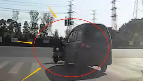"""电动车闯红灯""""硬刚""""面包车被撞飞5米,网友:知道走斑马线不知道红灯停?"""