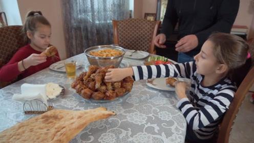 俄罗斯老爸教你在如何家制作肯德基,满满一大盆,女儿吃得超开心