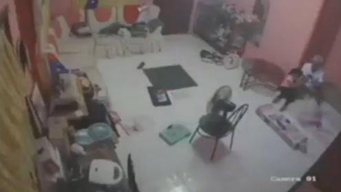 监控曝光:菲律宾突发6.3级地震 家具震倒屋内停电女孩抱头惊呼