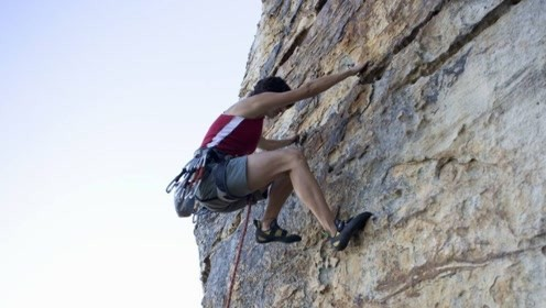 请勿模仿,户外攀岩,这真的需要胆量和技巧