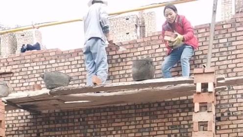 农村盖房子都是这样的,师傅们徒手就把砖头接住了,真是好厉害!