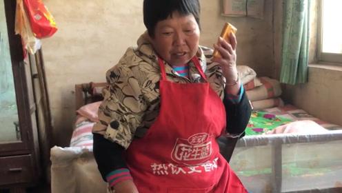 打工小伙给70岁母亲打电话,说了啥?农村妈妈为儿子饭都没吃!
