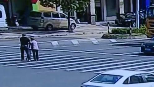 暖!路过司机扶蹒跚老人过马路,车流集体礼让5分钟
