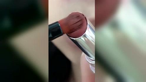 化妆师为什么都喜欢用唇刷涂?一支口红用三年,都省下买LV的钱了