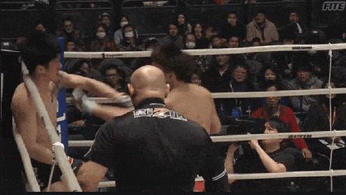 他为了复仇韩国猛将,当场发飙把对手打出擂台