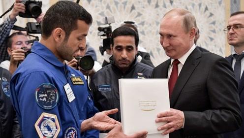 除了签署超13亿美元协议 普京在阿联酋还会见了这个人