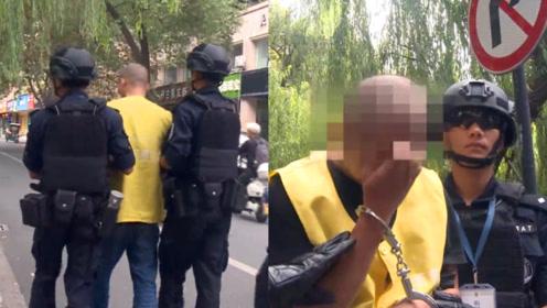 特警押解命案嫌犯当街指认!实拍浙江20年前药店杀人嫌疑人被抓获