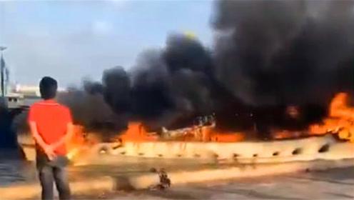 漳州斗美渔港码头燃起大火 一艘渔船被烧成空壳