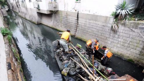 男子在河底捡垃圾,当拾取到一个女士背包。打开一看发财了!