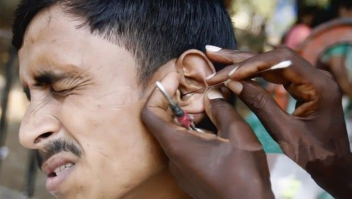 印度街头的职业掏耳人,技术有多牛呢?一勺下去怀疑人生