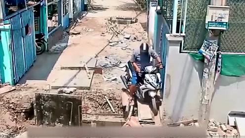 男子骑车出门, 没想到会在自家门口栽跟头, 监控拍下全过程!