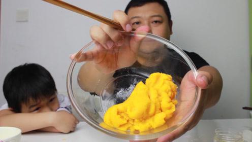 """挑战制作宫廷美食""""三不沾"""" 简单的鸡蛋甜点 却搅拌到绝望"""