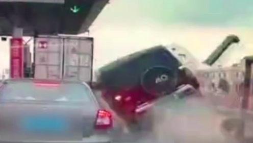 吉普车加速直接冲进收费站撞上厢货车 车内父子俩当场身亡