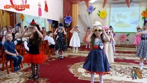 幼儿园举办化装舞会,小男孩看到女同桌穿这样,表情太逗了