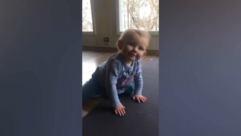 宝宝在地上玩,最后差点就起不来了,这也太有趣了吧!