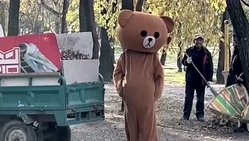 网红熊周末没事干,跑到公园帮大爷扫地,没想到最后却弄砸了
