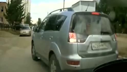 女司机不满后车按喇叭,下车就想打人,结果一秒后相视一笑