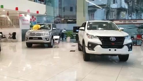 2020款丰田奔跑者到店,朝后备箱踢一脚,才知道有多霸气