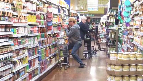 恶作剧:国外小伙在超市突然做出奇怪举动,结果旁人看得一脸诧异