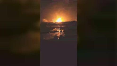 临沂道口镇一废弃炼油厂起火 现场火光冲天