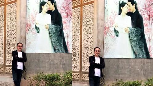 赵又廷爸爸横店偶遇夜华 合影留念掀起网友回忆