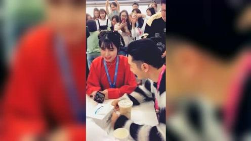 """黄晓明看自己的鬼畜视频,现场扭脖子跟唱""""听我的"""""""