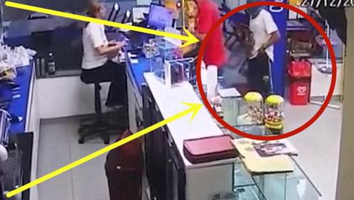黑人持枪冲进超市,劫财还不算完,竟盯上了美女收银员!