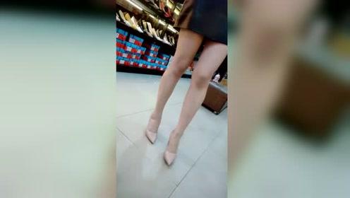 粉色亮面高跟鞋也太好看了,显得小腿又长又细啊!