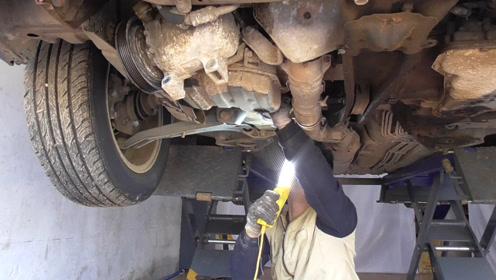 拆压缩机和助力泵,让它和发动机分开来,方便发动机吊出来
