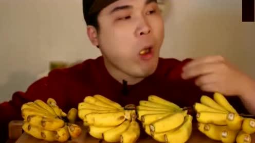 韩国小伙吃帝王蕉,连皮一块吃,看得我都想尝尝这香蕉皮!