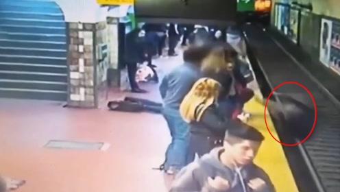 吓人!地铁进站 男子突然晕倒将一女子撞下站台