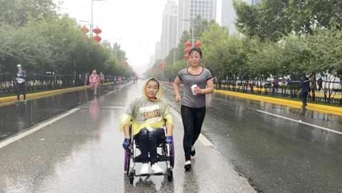 超暖!轮椅女孩挑战半马,陌生阿姨冒雨陪跑,还有人默默撑伞