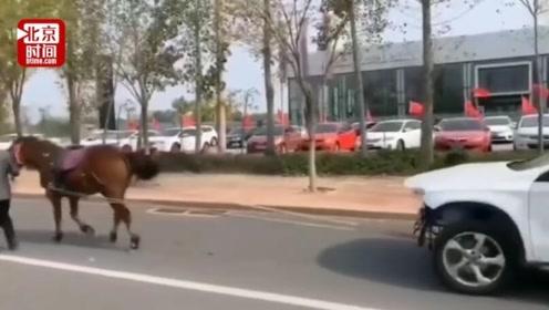 车主马拉奔驰4S店门口游街维权 市场监管局称已介入调查