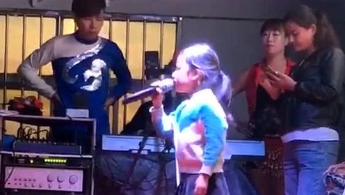 小姑娘嗓子被天使吻过,唱歌真是太好听了,可以参加中国好声音!