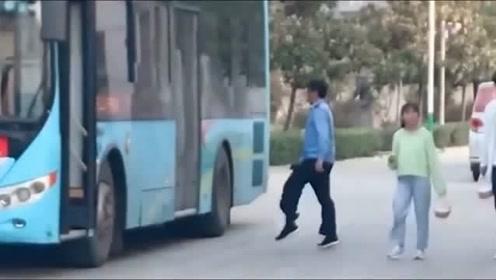 这位公交师傅,每次发车前都要来上一段犀利的舞蹈