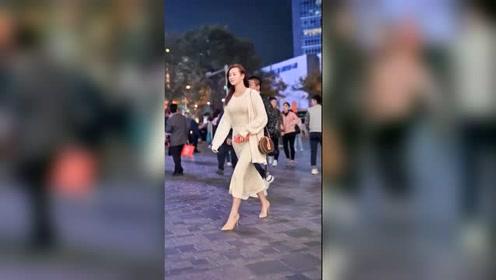 街上偶遇这种肤白貌美大高个的姑娘,你敢上去要联系方式吗?