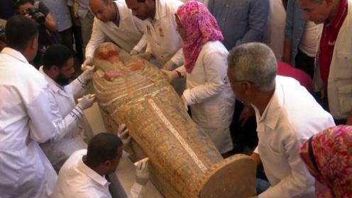 埃及出土3000年前的木质棺椁 其中2具是儿童棺椁