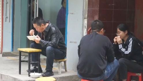 早餐也排队排到脚疼!23年油茶麻花老店生意火爆,价格却让人意外