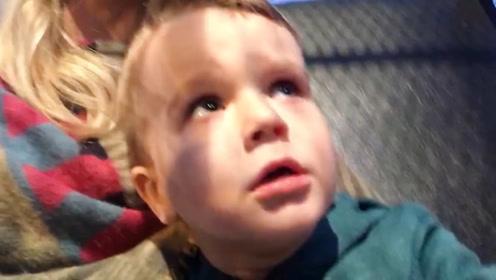 男孩坐过山车,直接被吓到尖叫,这看着也太逗了吧!